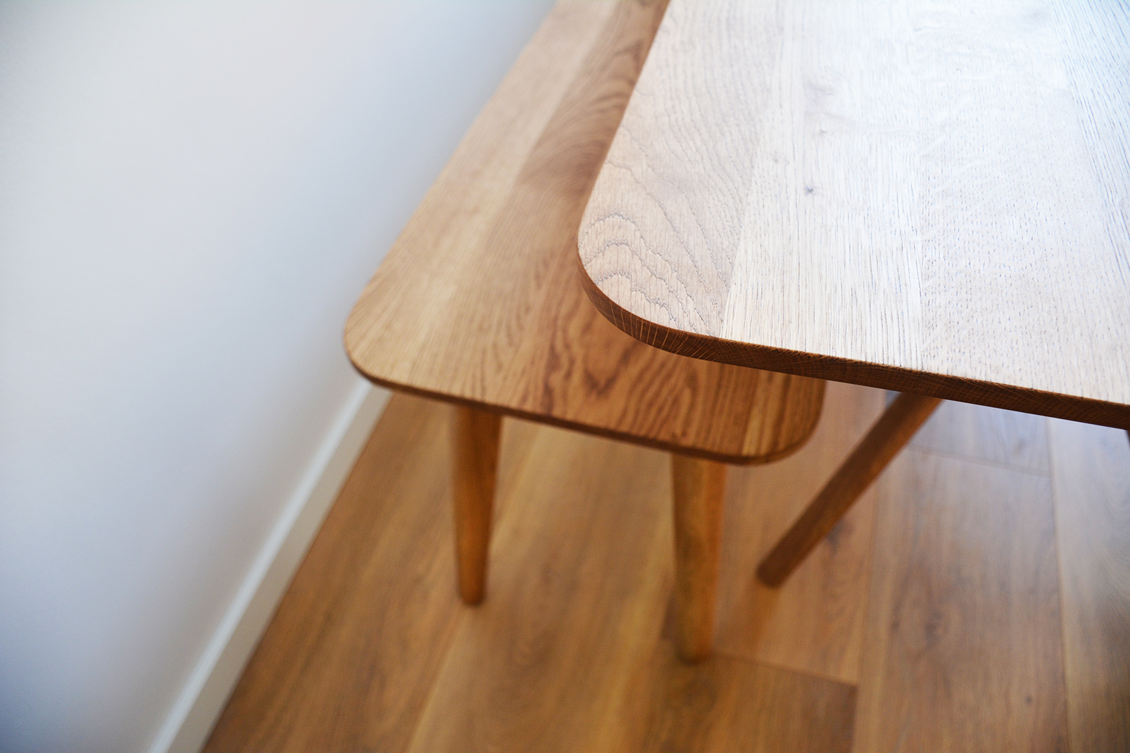 Detail massief eiken tafel met bank